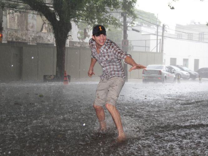 Segunda-feira (23/1) - O ator Ashton Kutcher publicou no Twitter uma foto dele em uma rua alagada de São Paulo.