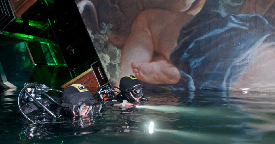 Terça-feira (24/1) - Mergulhadores italianos fazem busca dentro do cruzeiro Costa Concordia, que naufragou próximo à ilha de Giglio, no último dia 13 de janeiro. Os mergulhadores trabalham em duplas por motivo de segurança. As operações de extração das 2,38 mil toneladas de combustível presentes no interior do navio Costa Concordia começarão nesta terça-feira (24).