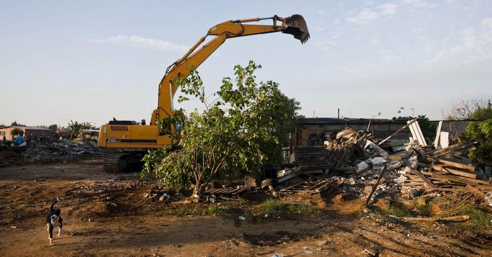 Terça-feira (24/1) - Máquinas trabalham na demolição dos barracos, no bairro do Pinheirinho, em São José dos Campos (SP). A Polícia Militar acompanha ex-moradores da comunidade que retiram seus pertences do local.