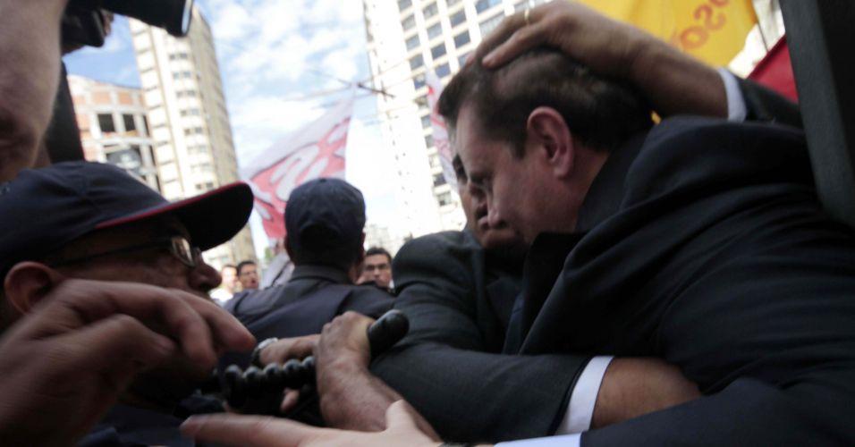 Quarta-feira (25/1) - O prefeito de São Paulo, Gilberto Kassab, sofre tentativa de agressão ao tentar deixar a catedral da Sé, na região central da cidade, após missa em comemoração ao aniversário de 458 anos da cidade.