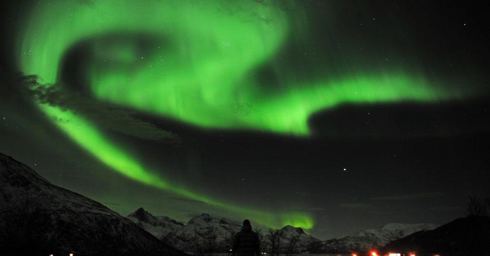 Quinta-feira (26/1) - Após a mais forte tempestade solar em seis anos, observadores se reúnem em Trondheim, na Noruega, para ver o fenômeno da aurora boreal no céu da cidade.