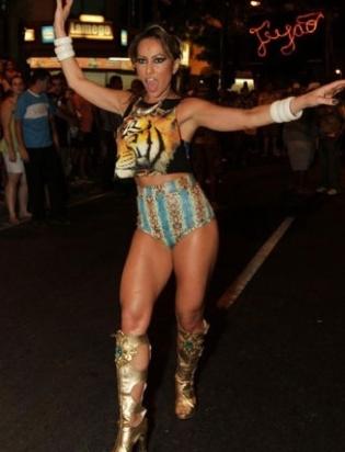 Quinta-feira (26/1) - Com um corpo de dar inveja, Sabrina Sato fez várias performances durante o ensaio de rua da Vila Isabel na quarta-feira (25/1), no Rio de Janeiro. A apresentadora mostrou samba no pé e muita disposição para arrasar no Carnaval 2012.