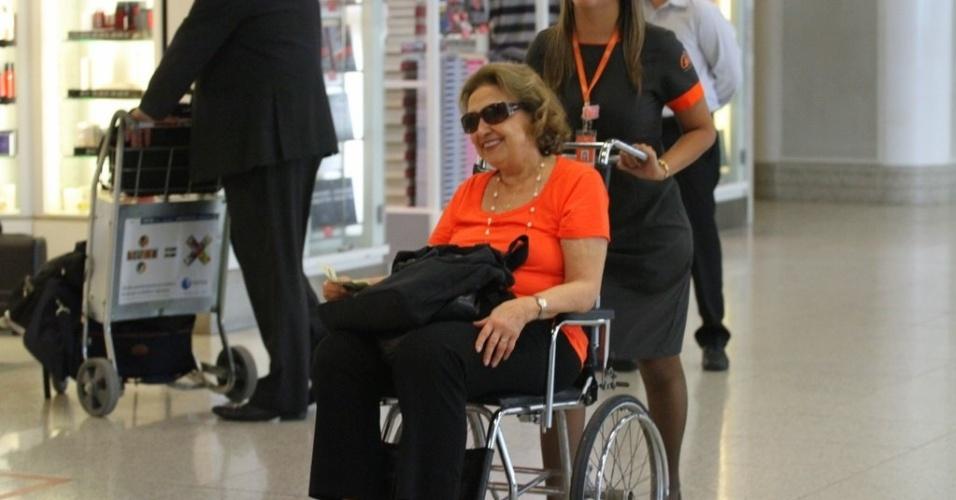Quarta-feira (1/2) - Após machucar um dos dedos do pé esquerdo, Eva Wilma aparece se locomovendo de cadeira de rodas no Aeroporto Santos Dumont, no Rio de Janeiro. A assessoria da atriz informou que não é nada grave, que foi apenas uma batida em casa. Ela interpreta a personagem Tia Íris na novela