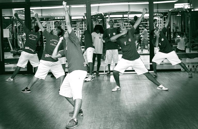 Quarta-feira (1/2) - Para aguentar uma hora de desfile é preciso preparo físico de atleta. Na Camisa Verde e Branco, a comissão de frente da escola é composta por membros da comunidade, por isso foi preciso trabalhar duro para conquistar condicionamento.