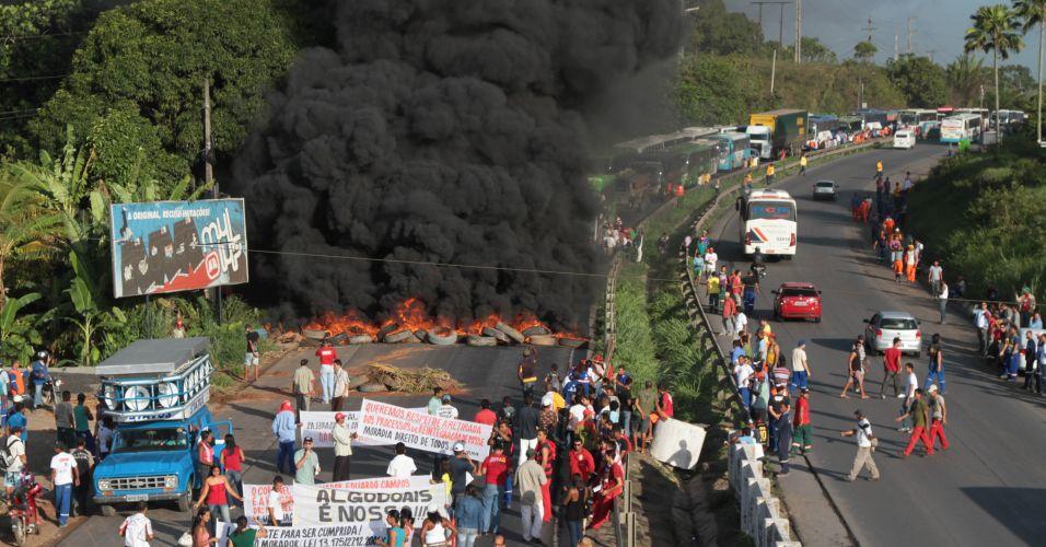 Quinta-feira (2/1) - Manifestantes pararam a rodovia PE-60, no cabo de Santo Agostinho, Região Metropolitana de Recife, em protesto contra o governo do Pernambuco e a diretoria do complexo de Suape. Eles queimaram pneus e madeira, e uma coluna de fumaça pode ser vista de longe, provocando grande congestionamento. A polícia e o Corpo de Bombeiros já estão no local tentando controlar a situação com os manifestantes, que são de movimentos sociais e associações de moradores e de pescadores