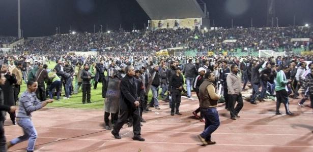 Quinta-feira (2/1) - A Fifa pediu às autoridades do Egito um relatório completo sobre os atos de violência ocorridos na última quarta-feira (1/2), em um estádio de futebol de Port Said. Mais de 70 pessoas morreram e cerca de mil ficaram feridas na tragédia. O incidente levou o primeiro ministro egípcio Kamal al-Ganzouri à tirar Samir Zaher do comando da associação de futebol do país.