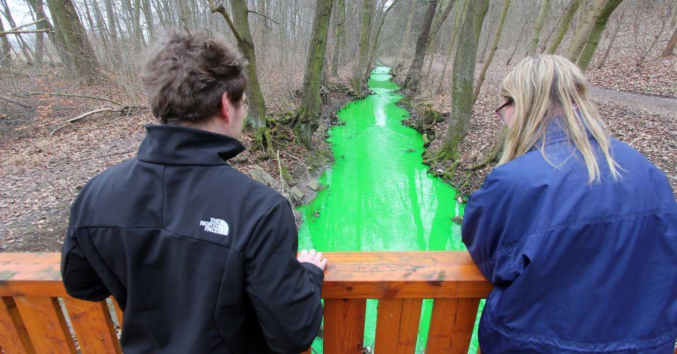 Sexta-feira (2/3) - Curiosos observam as águas do ribeirão Grone, perto de Göttingen, na Alemanha, que tiveram a coloração alterada após incêndio em um galpão industrial que provocou o vazamento de produtos químicos. A polícia local afirma que água verde não oferece risco à saúde e ao Meio Ambiente