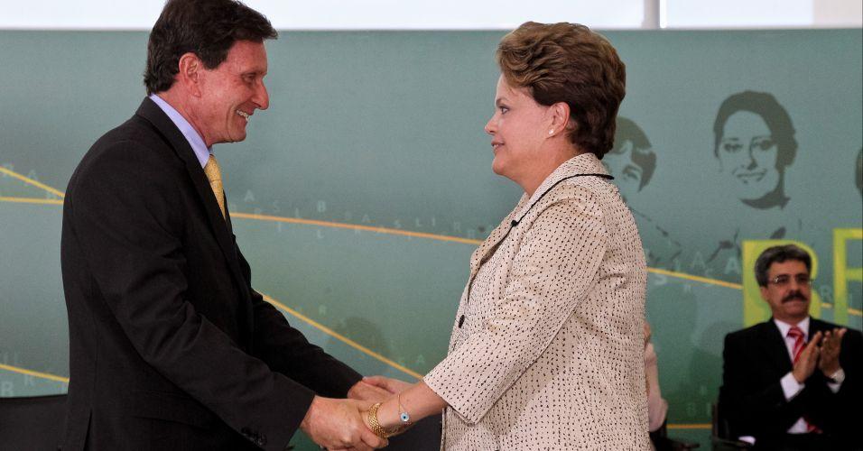 Sexta-feira (2/3) - Presidente Dilma Rousseff fala com o novo ministro da Pesca e Aquicultura, Marcelo Crivella, durante cerimônia de posse realizada nesta sexta-feira (2), em Brasília. No evento, ela se emocionou ao se despedir de Luiz Sérgio, que deixou o cargo.