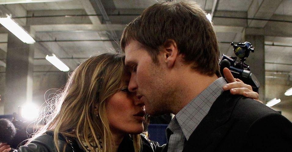 Segunda-feira (6/2) - A modelo brasileira Gisele Bündchen consola o marido Tom Brady após a derrota da equipe do quarterback no Super Bowl. O New York Giants venceu o New England Patriots por 21 a 17 em Indianápolis e ficou com o título da temporada da NFL no domingo (5/2/12).