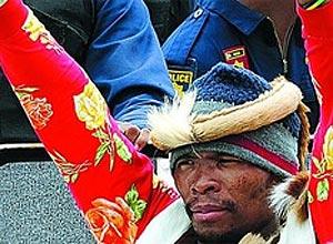 Terça-feira (7/2) - Um sul-africano afirma ser Khulekani 'Mgqumeni' Khumalo, premiado cantor de música típica da etnia zulu, que teria aparentemente morrido em 2009. Ele apareceu na casa da família na semana passada afirmando ter sido sequestrado por zumbis. Apesar da história absurda, o sul-africano insiste que é o cantor famoso 'morto' e sequestrado por zumbis, mas a polícia diz que ele será acusado de fraude se testes de DNA revelarem que mente.