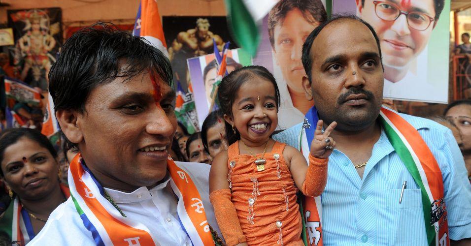 Terça-feira (7/2) - A indiana Jyoti Amge, de 18 anos, que é considerada a 'menor mulher do mundo', participa da campanha de um político local em Mumbai, durante as eleições no país. Jyoti foi anunciada oficialmente pelo 'Livro dos Recordes' em 16 de dezembro de 2011 como a menor mulher do mundo, com 62,8 cm de altura.