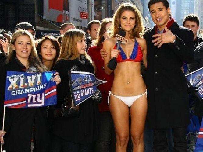 Terça-feira (7/2) - Ignorando o frio da cidade de Nova York, a apresentadora Maria Menounos ficou apenas de biquíni em plrena 'Times Square'. Maria apostou com seu companheiro de emissora A.J. Colloway (na foto) que ficaria de biquíni caso o Patriots fosse derrotado pelo New York Giants no Super Bowl 46, realizado no último domingo (5/2).
