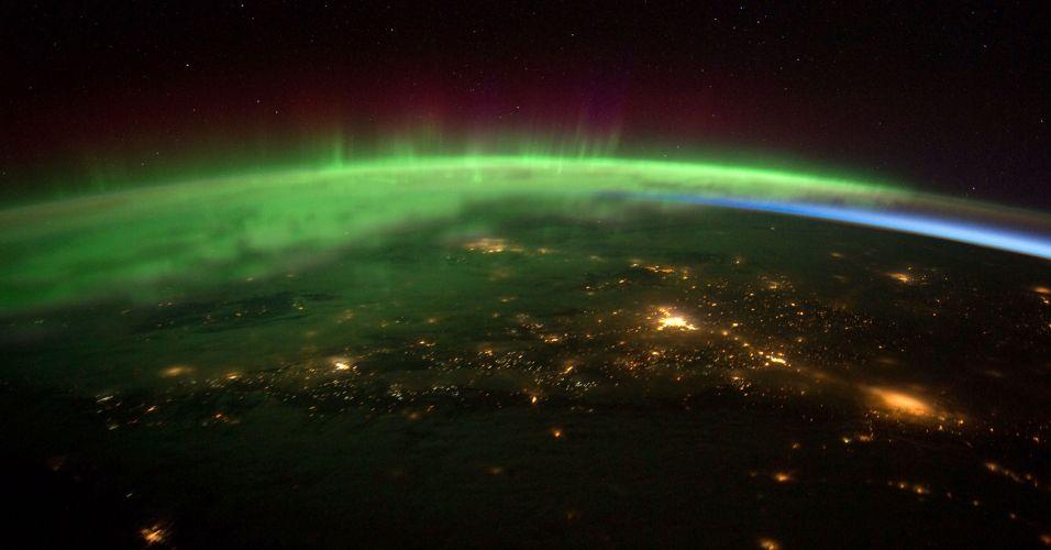 Quarta-feira (8/2) - Imagem divulgada pela Nasa mostra Aurora Boreal na região da divisa oeste dos EUA com o Canadá, vista da Estação Espacial Internacional. A imagem foi feita em 25 de janeiro