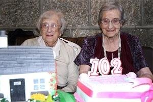 Quinta-feira (9/2) - As gêmeas Edith Ritchie e Evelyn Middleton completaram 102 anos no dia 15 de novembro do ano passado. Mas somente nesta semana receberam um presentão. O Livro Guinness, dos Recordes, passou a considerá-las como as gêmeas mais velhas do mundo. As irmãs, que vivem em Aberdeenshire, na Escócia, conseguiram provar que são seis semanas mais velhas do que Ena Pugh e Lily Millward, antigas recordistas, que ainda estão vivas.