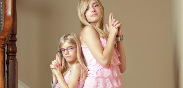 Quinta-feira (9/2) - Um caso curioso chama a atenção nos EUA: Sienna e Serra Bernal são gêmeas idênticas, mas uma delas possui uma forma rara de nanismo. As meninas são do Texas.