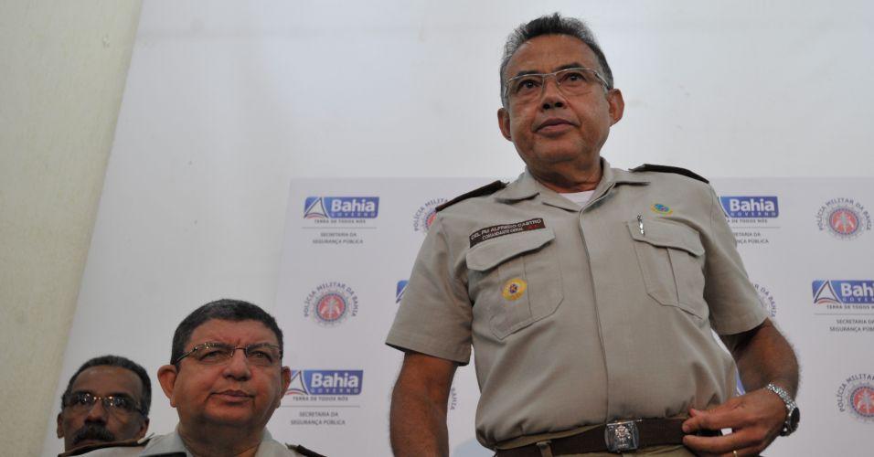 Sexta-feira (10/2) - O comandante-geral da Polícia Militar da Bahia, coronel Alfredo Castro (à direita), fala sobre o final da greve iniciada pelos praças há 11 dias em Salvador (BA).