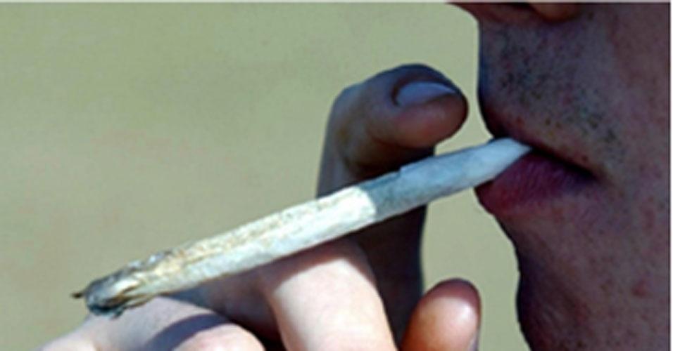 Sexta-feira (10/2) - Motoristas que fumam maconha até três horas antes de dirigir têm o dobro de chances de causar um acidente do que aqueles que não consumiram álcool ou drogas, segundo um estudo canadense. Os pesquisadores da universidade Dallhouse, em Halifax, sugerem que a maconha prejudica áreas do cérebro necessárias para dirigir com segurança.