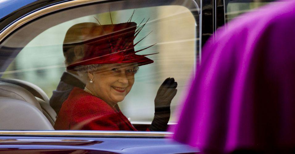 Quarta-feira (15/2) - A rainha Elizabeth 2ª chega à recepção no palácio Lambeth, em Londres, oferecida a ela por líderes cristãos e de outras oito tradicionais religiões mundiais, para mostrar afeição e suporte à rainha em seu ano de jubileu