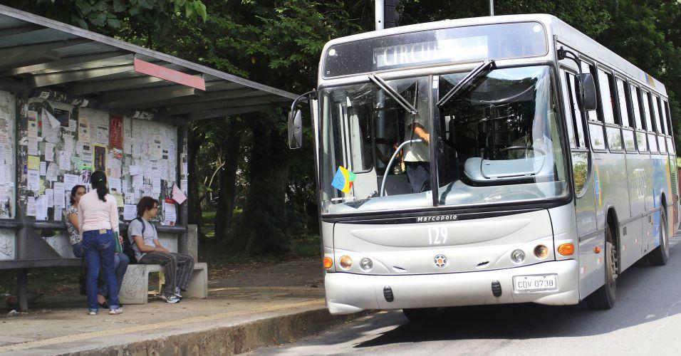 Quinta-feira (16/2) - A partir do próximo dia 27, quando começam as aulas na Universidade de São Paulo (USP), alunos, professores e funcionários da universidade receberão um bilhete exclusivo para ser usado nas duas linhas de ônibus circular da Cidade Universitária. Os coletivos passarão a ser gerenciados pela São Paulo Transporte (SPTrans) e começarão a ir até a Estação Butantã do Metrô. Atualmente, o serviço se restringe ao interior do campus.