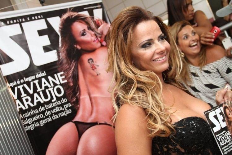Quinta-feira (16/2) - Rainha de bateria do Salgueiro, Viviane Araújo participou do lançamento da edição da revista 'Sexy' na qual é capa. O evento aconteceu na quadra da escola de samba, no Rio de Janeiro.
