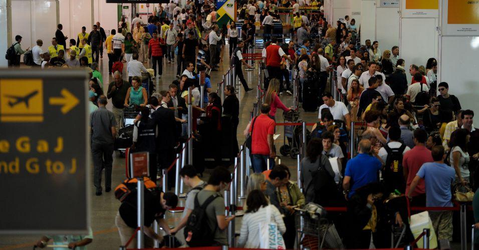 Sexta-feira (17/2) - Aeroporto de Brasília (DF) registra movimento intenso de passageiros. A Infraero prepara um esquema especial de fiscalização nos aeroportos brasileiros para evitar o caos aéreo. Cerca de 3 milhões de passageiros deverão passar pelos terminais nesse período