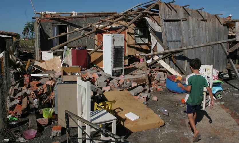 Segunda-feira (20/2) - Ventos de até 131,5 km/h provocaram estragos no município de Forquilhinha (foto), Criciúma e Sangão, todos em Santa Catarina, entre as 18h30 e as 19h de domingo (19). A intensidade dos ventos fez com que fosse levantada a hipótese de tornado, que logo foi descartada. Os termômetros chegaram a registrar 39,8ºC, com sensação térmica de 47ºC