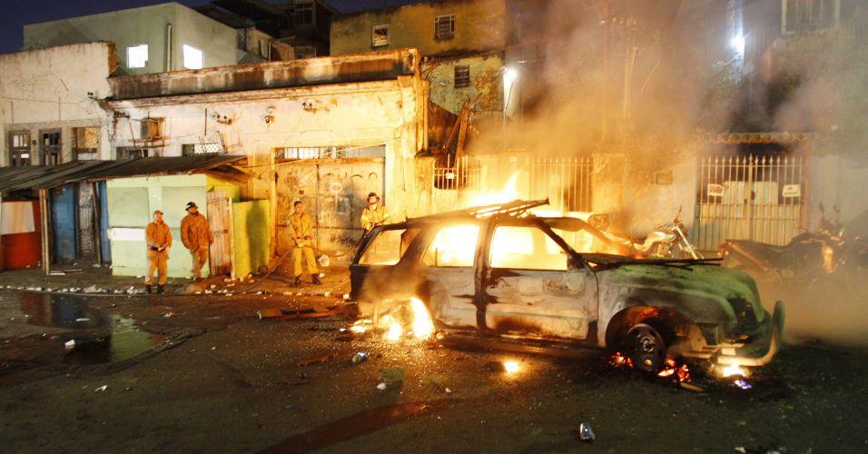 Segunda-feira (20/2) - Veículo da Unidade de Polícia Pacificadora (UPP) do Morro de São Carlos, no Rio de Janeiro, é queimado durante uma manifestação de moradores da comunidade contra a prisão de Marcílio Cherú de Oliveira, 24, apontado como chefe do tráfico no local