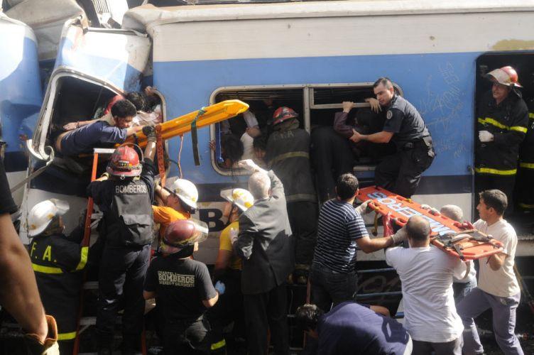 Quinta-feira (23/2) - O acidente com um trem na estação Once, no centro de Buenos Aires, na quarta (22/2), que deixou 50 mortos e mais de 700 feridos, trouxe á tona uma série de questões envolvendo a administração do transporte ferroviário no país. Os baixos investimentos em transporte público na capital Argentina podem estar por trás da tragédia, segundo declarações de especialistas e sindicalistas ferroviáios no país ouvidos pela BBC. Já para os principais jornais do país, o acidente era uma tragédia anunciada.
