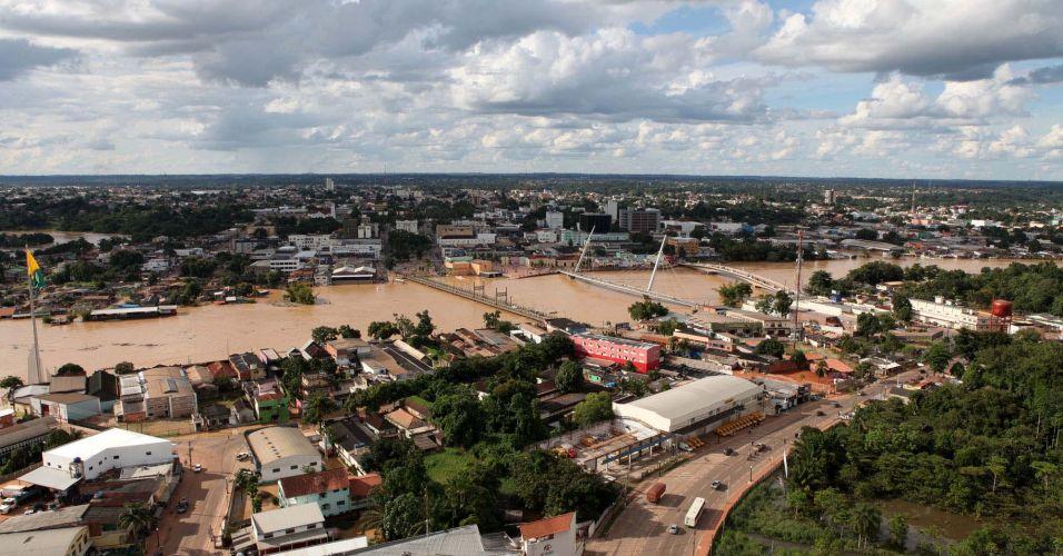 Quinta-feira (23/2) - Rio Acre continua cheio na manhã, na cidade de Rio Branco, Acre. Mais de 65 mil pessoas já foram atingidas pelas chuvas que causaram o transbordamento do rio. Cerca de 6.840 pessoas estão desabrigadas