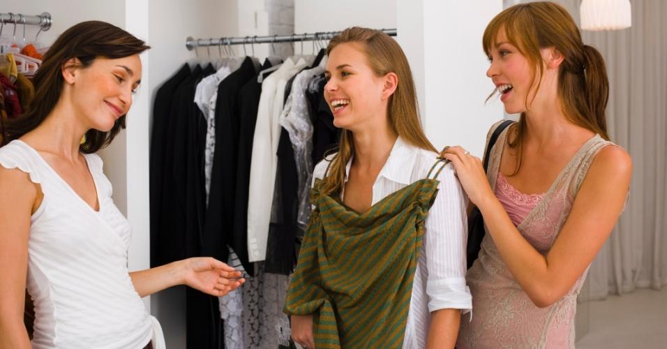 Quinta-feira (23/2) - No Brasil, 22% das mulheres costumam gastar mais de R$ 200 com roupas por mês, revela a pesquisa Consumo Feminino de Moda 2011, realizado pela Sophia Mind. Do total de mulheres entrevistadas, 40% gastam mensalmente entre R$ 151 e R$ 200 com peças de roupas, enquanto 36% gastam entre R$ 76 e R$ 150.