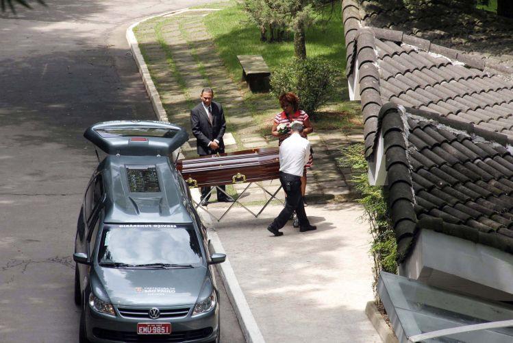Sexta-feira (24/2) - O corpo de Eliana Tranchesi, antiga dona da butique de luxo Daslu, chegou ao cemitério do Morumbi. Eliana faleceu nesta madrugada, no Hospital Albert Einstein em São Paulo. Ela comandava a empresa fundada há mais de 50 anos anos por sua mãe, Lucia Piva. No fim de 2006, a empresária precisou retirar um tumor no pulmão.