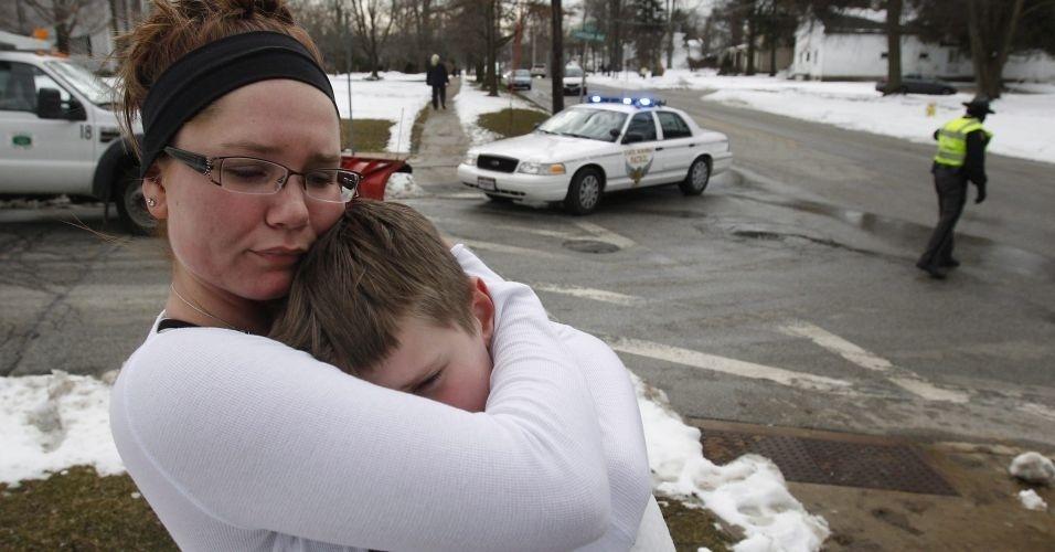 Segunda-feira (27/2) - Um estudante morreu e quatro ficaram feridos no tiroteio registrado em uma escola de ensino médio de Ohio (norte dos EUA), informou a polícia. O responsável pelo ataque abriu fogo na cafeteria quando os estudantes se preparavam para entrar nas salas de aula na pequena localidade de Chardon. O chefe de polícia Timothy McKenna confirmou a morte de um estudante, depois de divulgar que cinco pessoas foram feridas, e que o suspeito de ter realizado o ataque era um