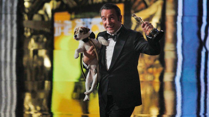 Segunda-feira (27/2) - O filme francês de cinema mudo e em preto e branco 'O Artista' foi o destaque da 84ª edição dos prêmios Oscar na noite de domingo (25/2) ao vencer em cinco categorias, entre elas as principais como de Melhor Diretor e Melhor Filme.