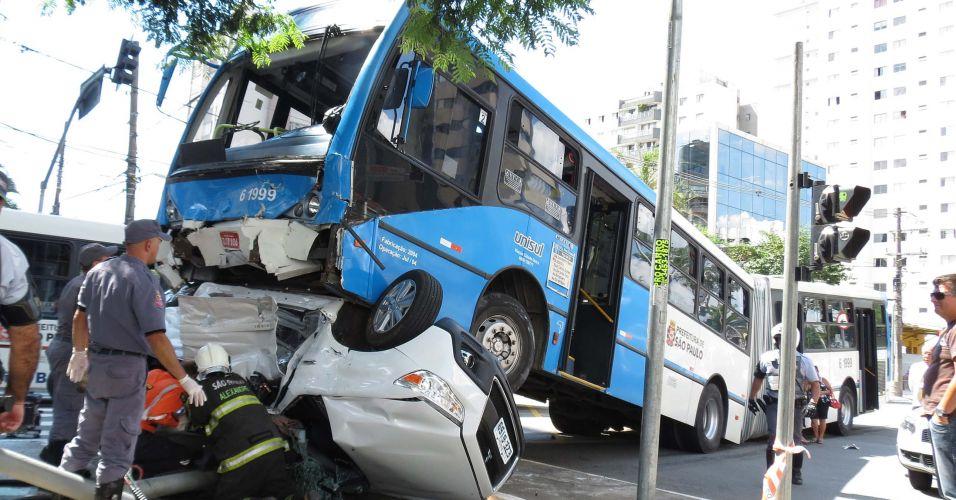 Terça-feira (28/2/12) - Em acidente na avenida Vereador José Diniz, esquina com rua Demostenes, no Campo Belo, em São Paulo, carro vai parar embaixo das rodas dianteira de um ônibus. Duas pessoas morreram e outras duas ficaram feridas.