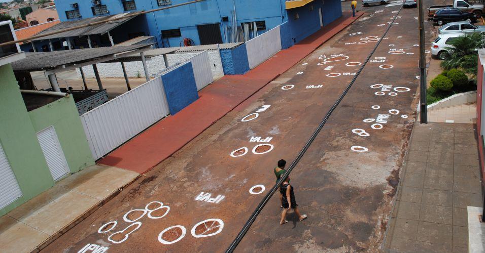 Terça-feira (28/2/12) - Moradores de uma rua localizada na cidade de Frutal, a 650 km de Belo Horizonte, desenharam buracos na pista para protestar contra a falta de manutenção na via, castigada pelas chuvas.