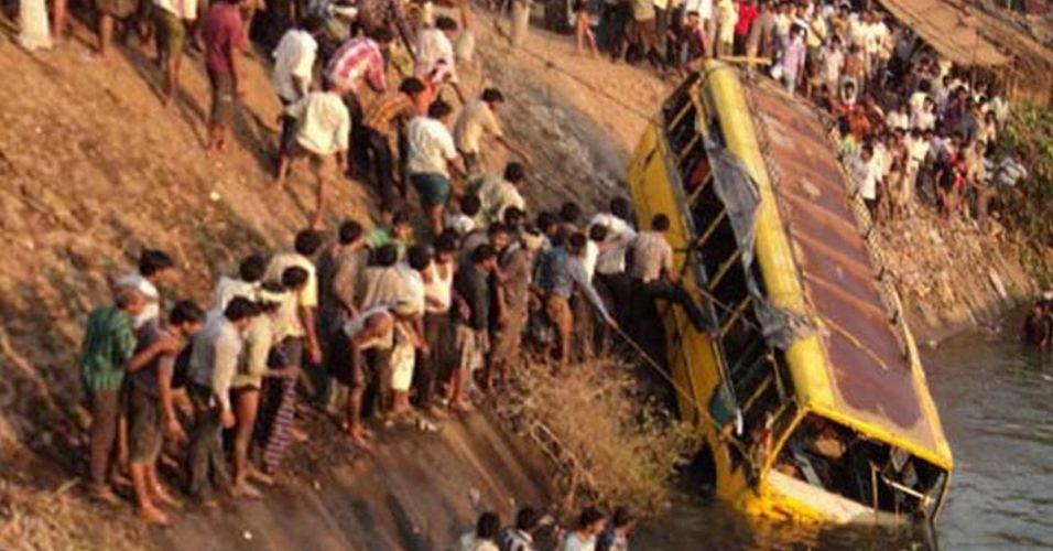 Resgate a ônibus na Índia