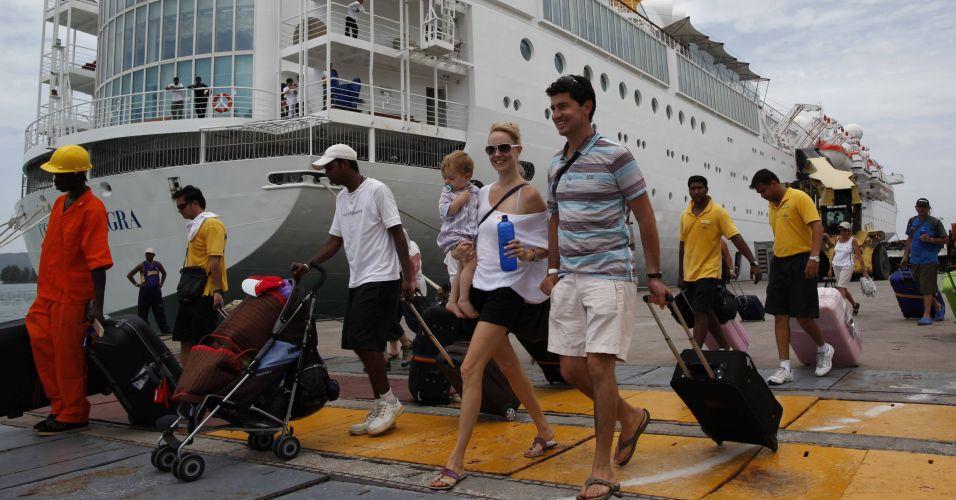 Quinta-feira (1/3) - Passageiros do cruzeiro Costa Allegra -- que ficou à deriva no Oceano Índico por três dias após um incêndio-- desembarcam no porto de Mahé, a principal ilha do arquipélago de Seychelles, nesta quinta-feira (1º).