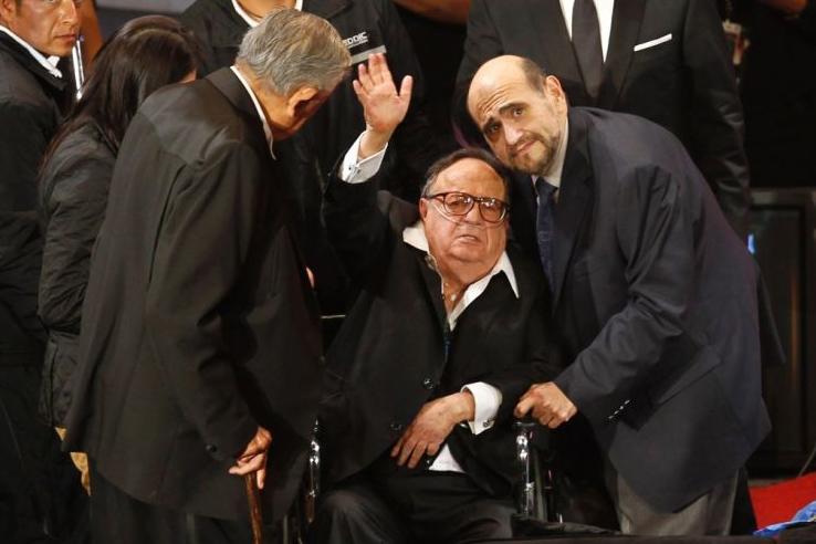 Quinta-feira (1/3) - Em uma cadeira de rodas devido às dificuldades para caminhar e com um balão de oxigênio, o ator Roberto Gómez Bolaños, de 83 anos, recebe o carinho dos fãs mexicanos em uma homenagem à carreira do comediante criador de