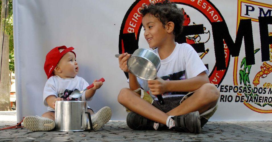 Sexta-feira (3/2) - Filhos de bombeiros do Rio de Janeiro participam de panelaço no Largo do Machado. Manifestantes vão caminhar até o Palácio Guanabara, sede do governo estadual