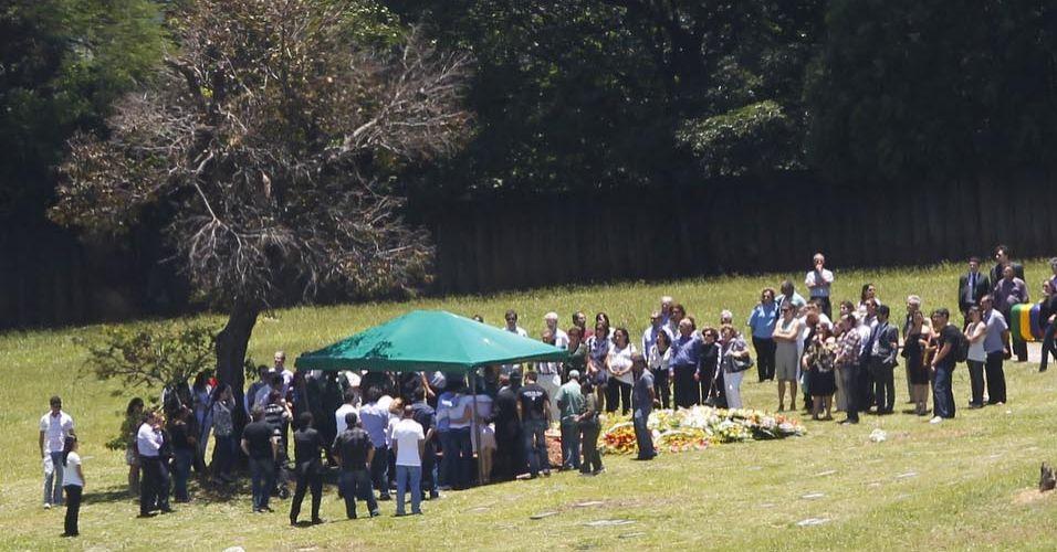 Sexta-feira (3/2) - O corpo da procuradora federal Ana Alice Moreira de Melo, 35, é sepultado no Cemitério Bosque da Esperança, em Belo Horizonte (MG). O velório foi restrito a familiares e amigos. O marido da procuradora, Djalma Brugnara Veloso, que era suspeito de matá-la, foi achado morto em um motel às margens da BR-356, no bairro Olhos D'Água, em Belo Horizonte, com nove facadas, segundo a Polícia Militar. O casal deixou dois filhos.