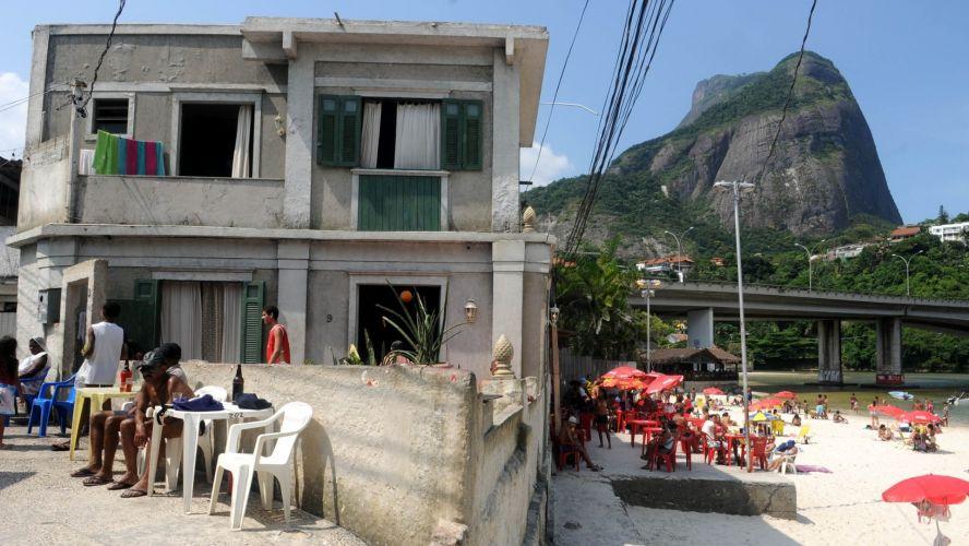 Sexta-feira (3/2) - A antiga casa da personagem de 'Fina Estampa' Griselda tornou-se um ponto turístico no Rio de Janeiro. Na verdade, o cenário utilizado para ilustrar a vida humilde de Pereirão na novela, é o 'Bar da Baiana', criado por José Gabriel há mais de vinte anos. O point está localizado na avenida do Pepê, zona oeste do Rio de Janeiro.