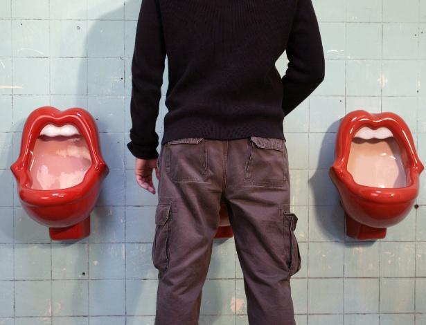 Sexta-feira (3/2) - O homem que se sentir apertado para ir ao banheiro em um museu dedicado a fãs dos Rolling Stones, na Alemanha, pode se aliviar em um urinol com formato de boca, muito parecido ao logo da banda criado em 1971 pelo designer John Pasche. Acontece que aquele lábio vermelho e carnudo usado exclusivamente por homens para o esvaziamento de suas bexigas está sendo considerado sexista pelas feministas. Roda Armbruster chamou o urinou de 'discriminação contra a mulher'. O discurso ganhou eco na Alemanha e vem trazendo muita dor de cabeça ao museu.