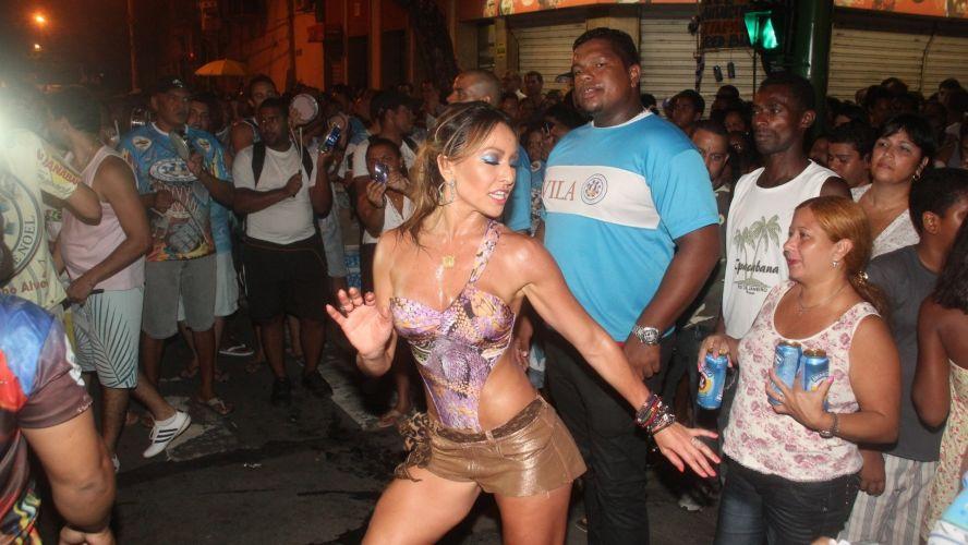 Sexta-feira (3/2) - Sabrina Sato sambou em ensaio de rua da Unidos de Vila Isabel na quarta-feira (1/2/12).