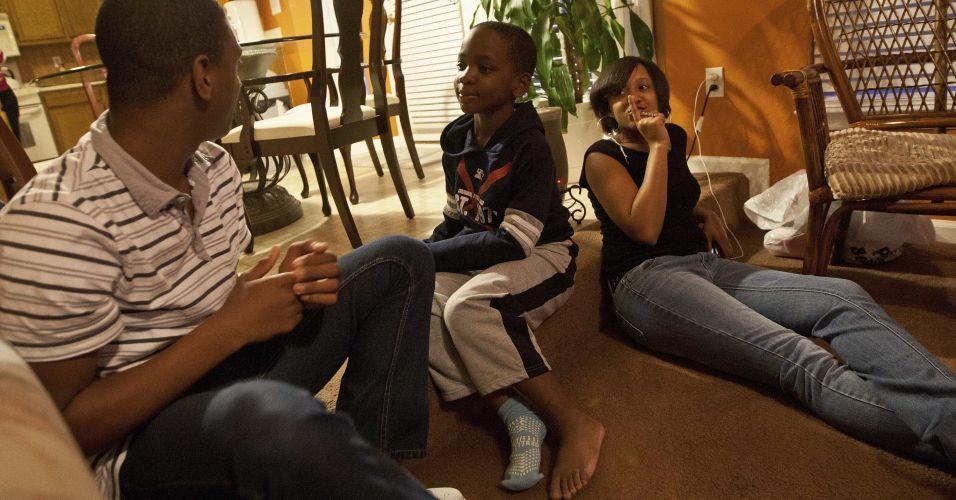 Segunda-feira (5/3) - Jamal Stevens é um menino de 7 anos, que foi sugado de sua casa por um tornado, e caiu a 100 metros de distância, ao lado de uma rodovia interestadual. Ele sofreu apenas ferimentos leves e está se recuperando na casa de parentes, em Charlotte, na Carolina do Norte, nos Estados Unidos. Na última semana, uma série de tornados atingiu o meio-oeste americano, deixando ao menos 39 mortos.