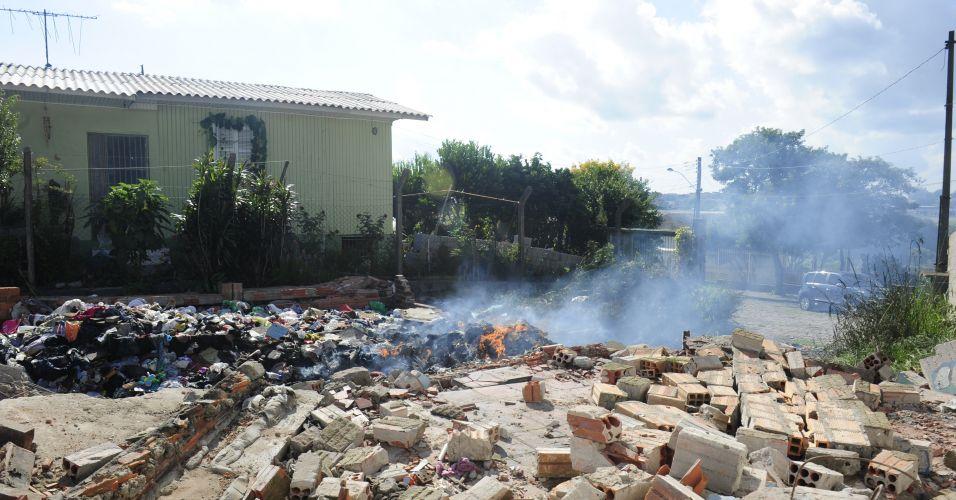 Segunda-feira (5/3) - Cansados de conviver com drogas e prostituição, moradores do entorno da rua Primo Postali, no bairro Esplanada, em Caxias do Sul (RS), resolveram agir. Na manhã de sábado (3/2), cerca de 12 pessoas se reuniram para colocar abaixo, a marretadas, uma casa no final da rua, que era ponto de encontro de viciados. Os moradores também atearam fogo no lixo acumulado no terreno. Com o fim do esconderijo, os vizinhos esperam que os viciados não voltem.