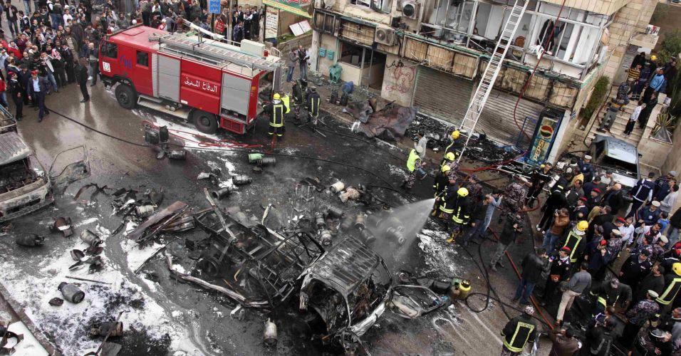 Segunda-feira (5/3) - Carros pegam fogo após explosão de caminhão que transportava cilindros de gás, em Amã, na Jordânia. Diversas pessoas ficaram feridas. Testemunhas dizem que o motorista do caminhão abandonou o veículo após notar que um dos cilindros pegava fogo