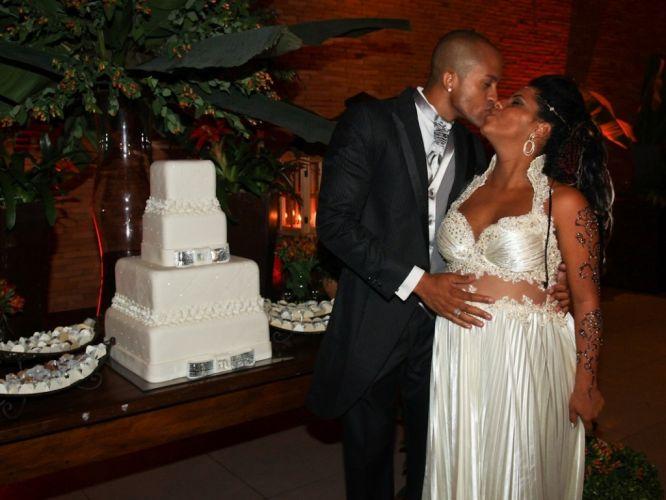 Segunda-feira (5/3) - Grávida de oito meses, a ex-BBB Janaína casa-se com o modelo Márcio Xavier em São Paulo.