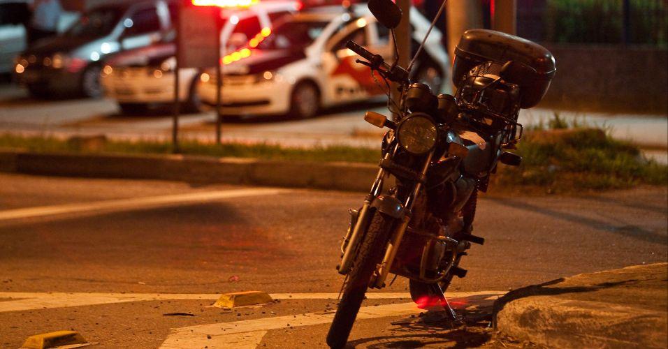 Quarta-feira (7/3) - Um homem morreu ao reagir a uma tentativa de roubo na região do Guarapiranga, zona sul de São Paulo, na noite de terça (6/3). Por volta das 23h, criminosos armados exigiram que o rapaz entregasse a moto Honda CG Titan na avenida Guarapiranga. Segundo a polícia, ele teria se recusado a entregar a moto e foi baleado.