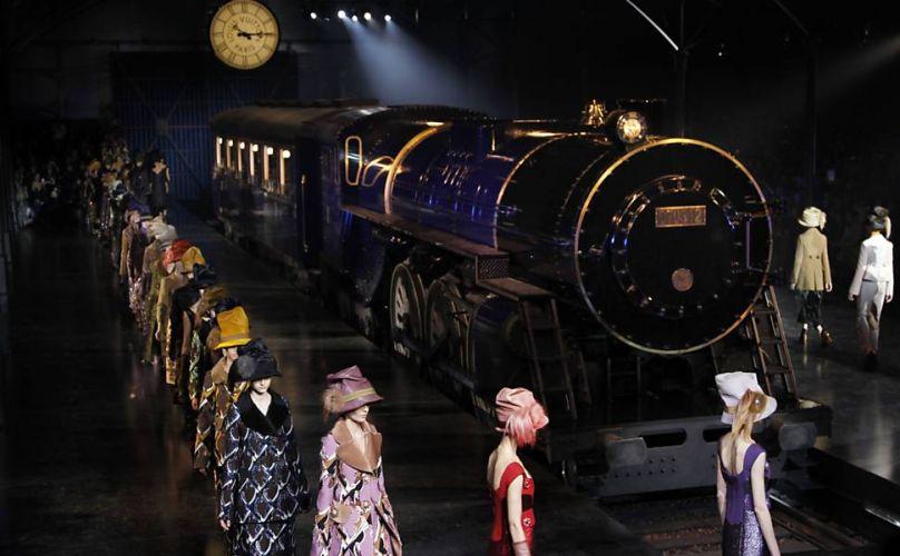 Quinta-feira (8/3) - A marca Louis Vuitton surpreendeu o público de seu desfile na Semana de Moda de Paris (França), ao colocar um trem na passarela. A apresentação ocorreu no pátio do museu do Louvre, que foi transformado numa estação. O espetáculo começou quando, em meio à fumaça, surgiu um trem azul no estilo 'Orient-Express'. Dentro do vagão, os chapéus das modelos se destacavam em meio às sombras chinesas.