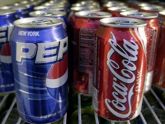 Sexta-feira (9/3) - A Coca-Cola e a Pepsi decidiram mudar a fórmula, nos EUA, de um caramelo que compõe os refrigerantes para não ter de colocar um aviso de risco de câncer em suas latas. A notificação passou a ser obrigatória depois que a Califórnia incorporou um componente químico presente no caramelo na lista de substâncias cancerígenas.